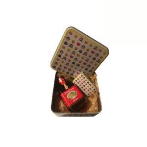 Caixa Emoji com licor bombons e caixa pequena.