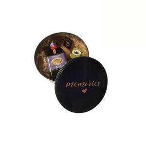 Caixa Memories redonda com licor, compota e bombons.